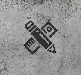 Imagen con fondo de cemento y un logo de un lapiz y una regla